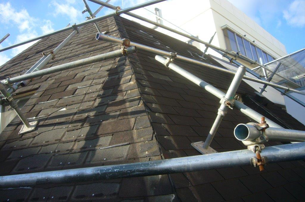 吹田市にて台風でボロボロになったアスファルトシングル屋根をカバー工法で葺き替えています!