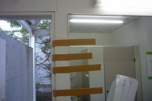 トイレの鏡が落下 地震被害