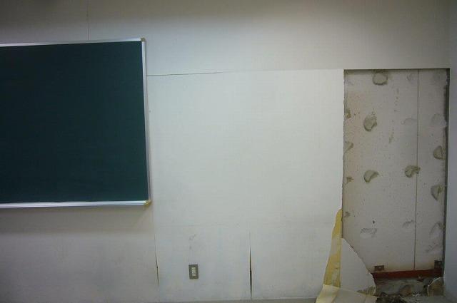 教室内の壁が欠落 地震被害