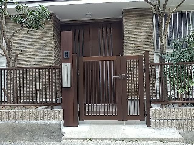 完成玄関まわりにはアクセントに違う柄のサイディングをはりました