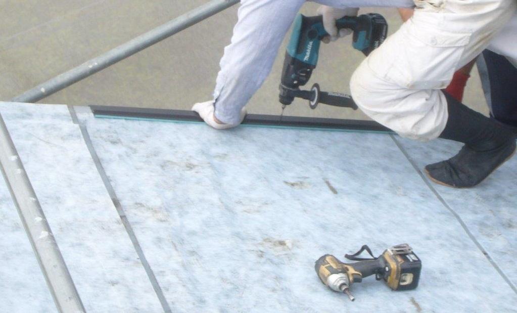 屋根工事 ケラバ施工中 ガルバリウム鋼板の水切り