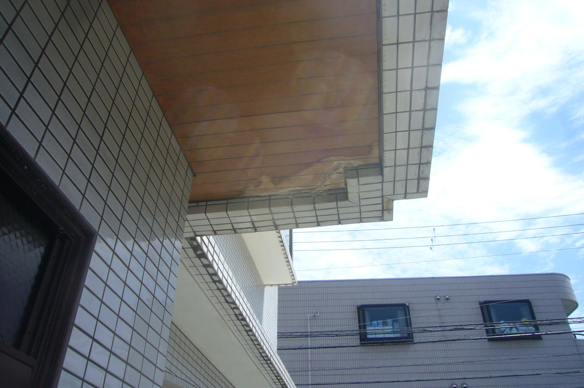 玄関庇の裏