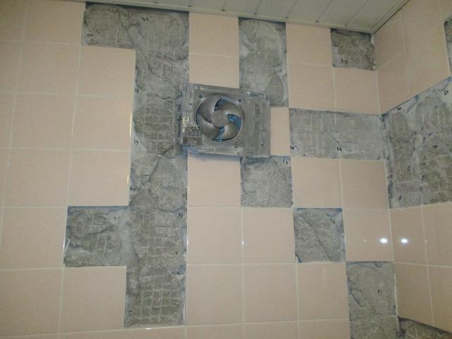 風呂場 タイル壁 補修中