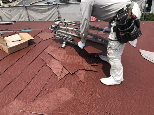スレート屋根材 コロニアルクァッド カット 施工中