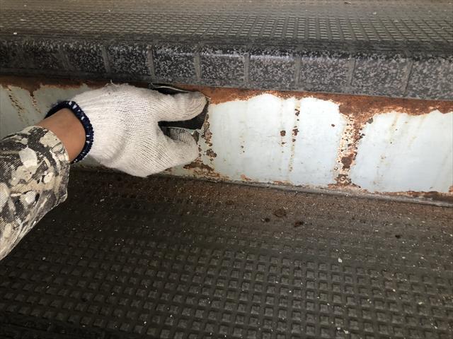 大阪市にて5階建てのアパート・ハイツ外壁塗装工事②~ケレン作業から塗装まで~