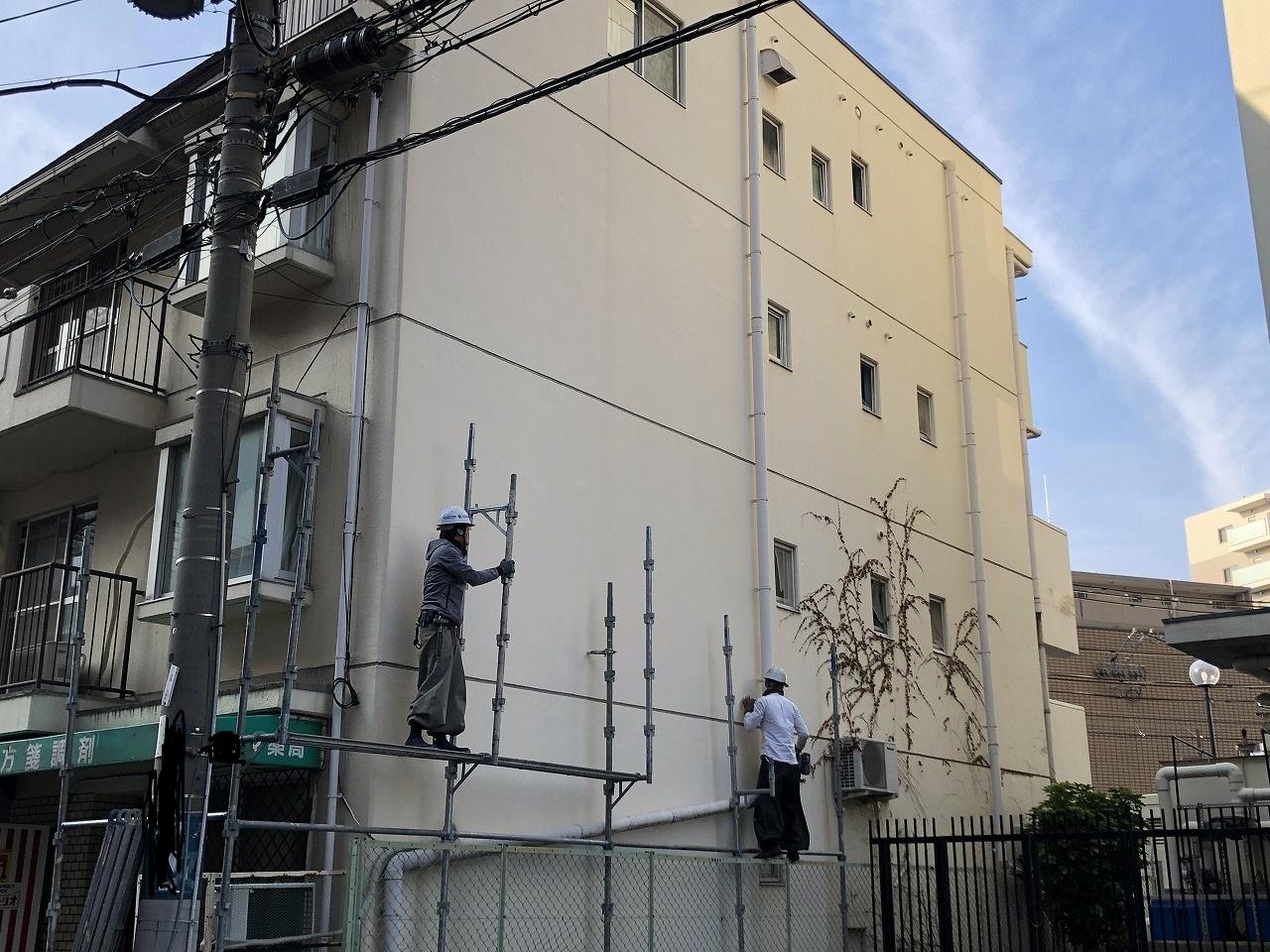 吹田市にて外壁と屋根の改修工事を行うために足場を仮設しました。