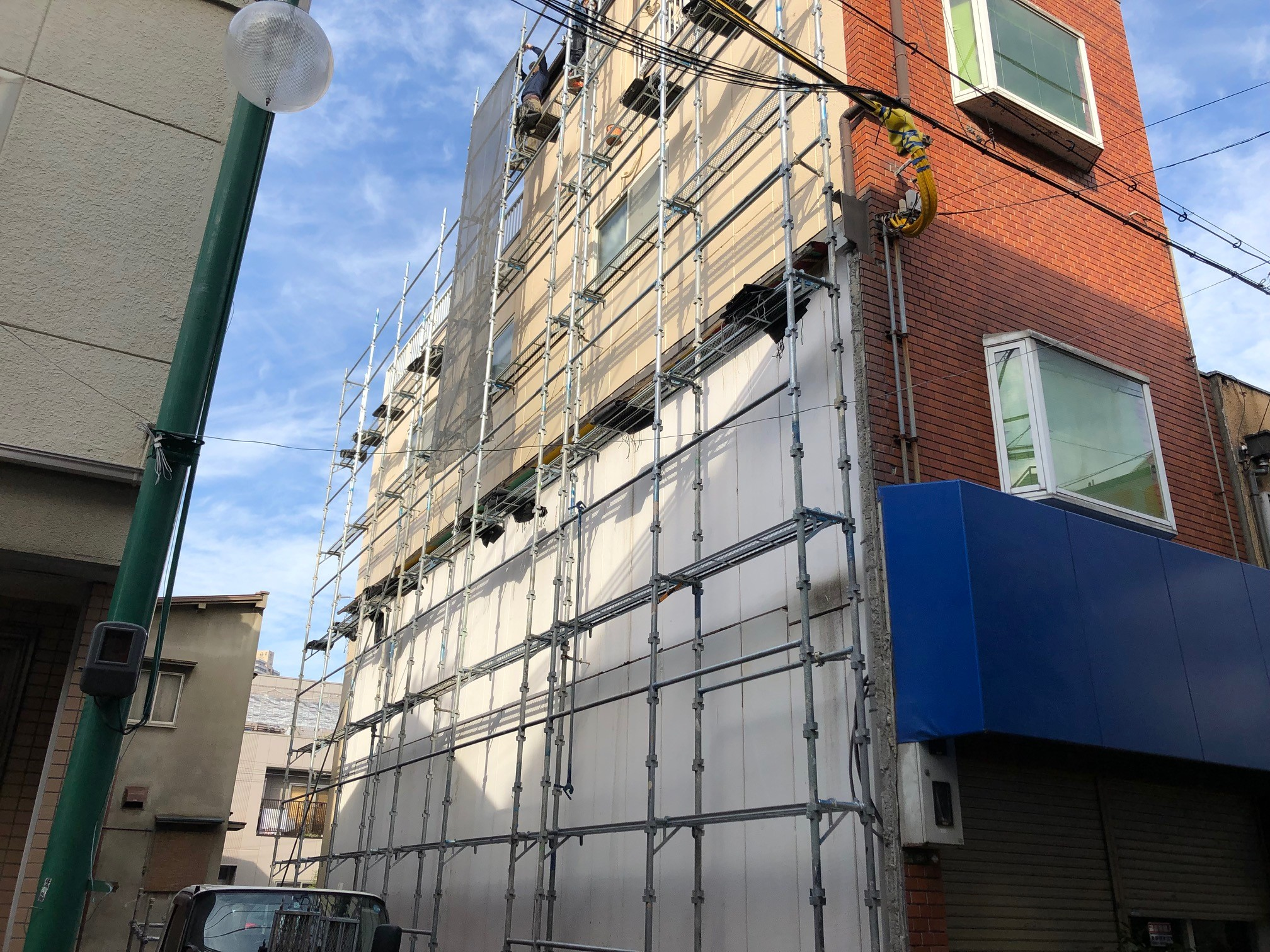 大正区の現場にて、外壁塗装を行うための足場工事が着工しました。