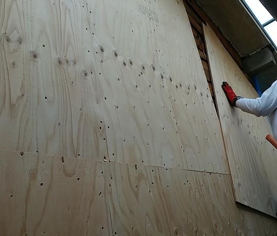 下地に構造用合板をはりつけ