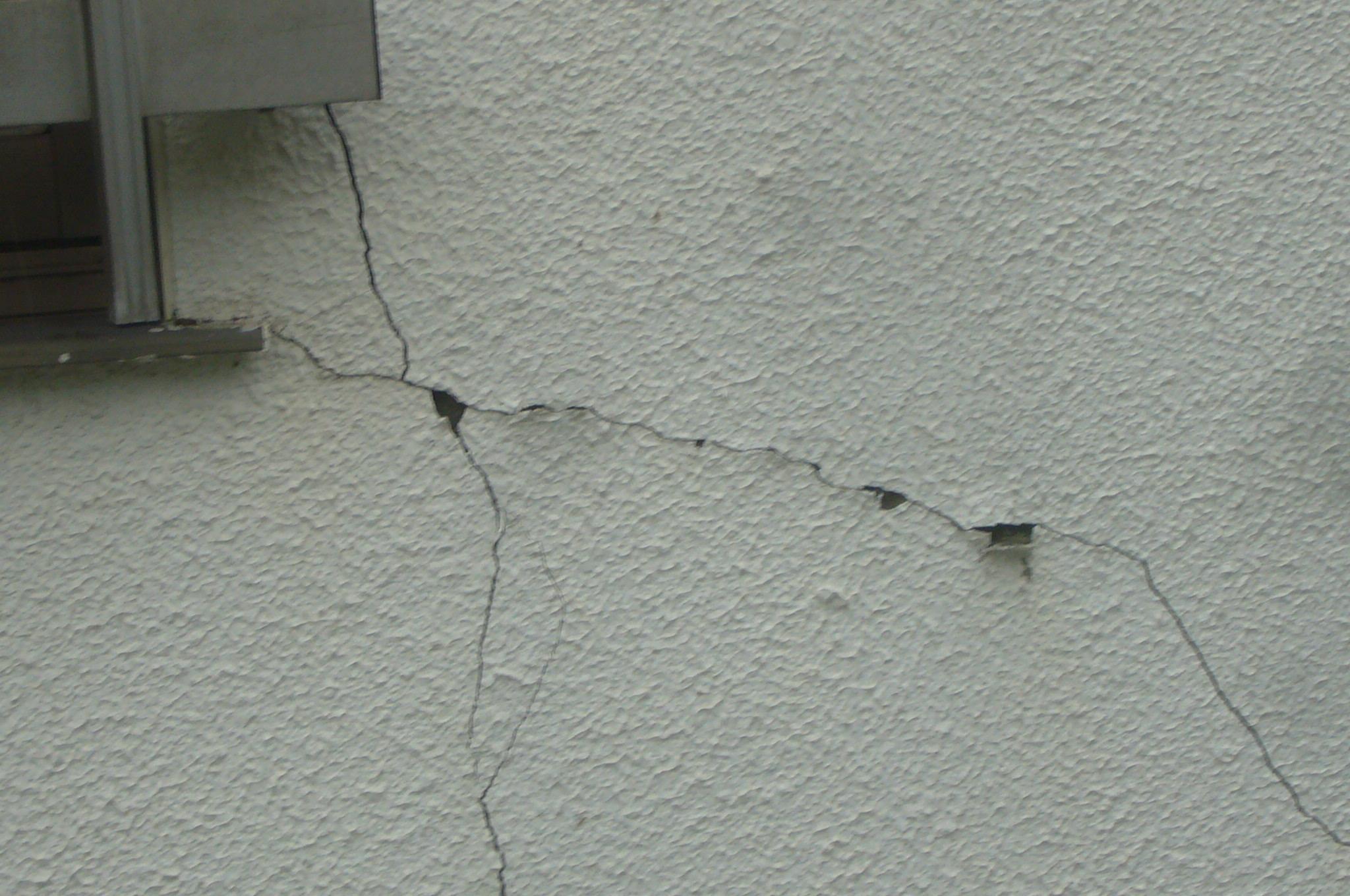地震による大きなクラック