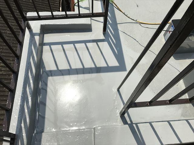 吹田市でウレタン防水の上塗り主材を塗布しています。