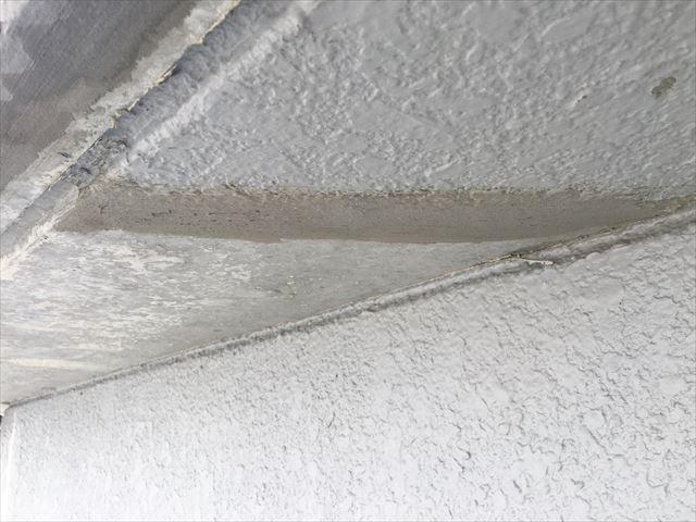 下地のコンクリートのデコボコをセメントで補修しました。